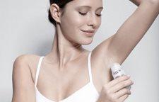 Žena nanosi Dezodorans za osetljivu kožu Roll-On ispods ruke