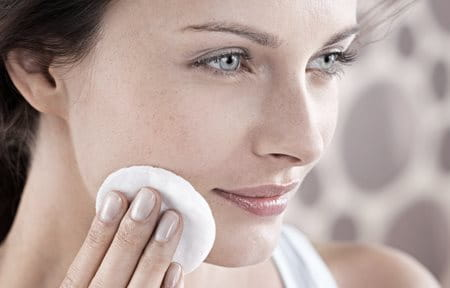 Žena čisti lice