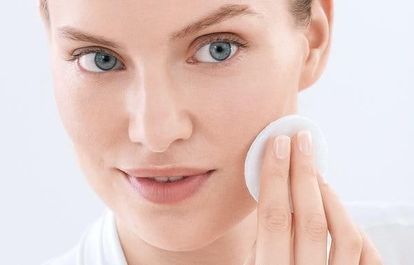 Koristite micelarnu vodu za masnu i problematičnu kožu ujutru i uveče