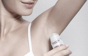 Žena koristi  dezodorans Eucerin Antiperspirant strong Roll-on